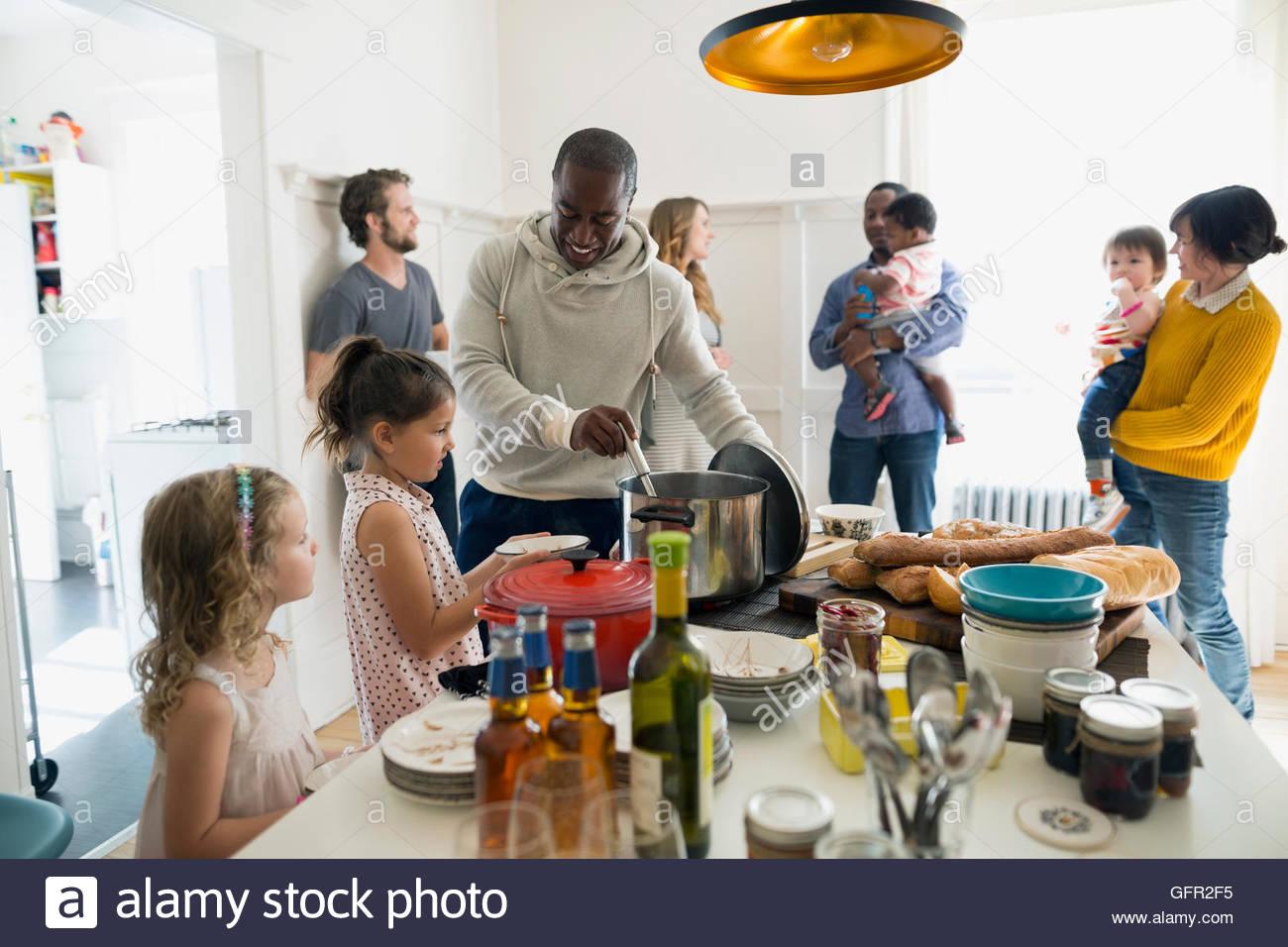 Familias reunidas para comer en la cocina Imagen De Stock
