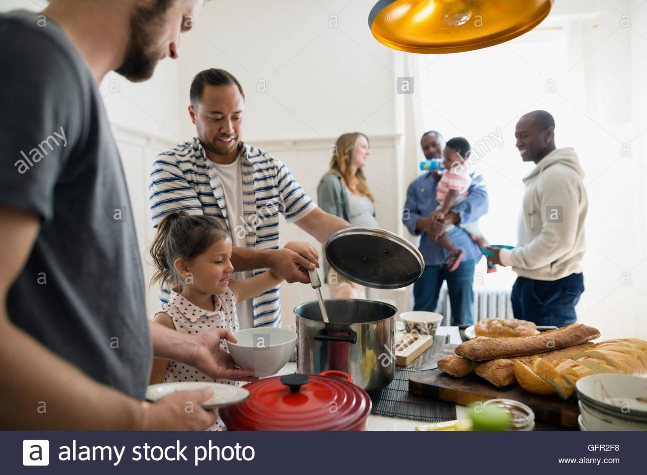Familias reunidas para el almuerzo Imagen De Stock