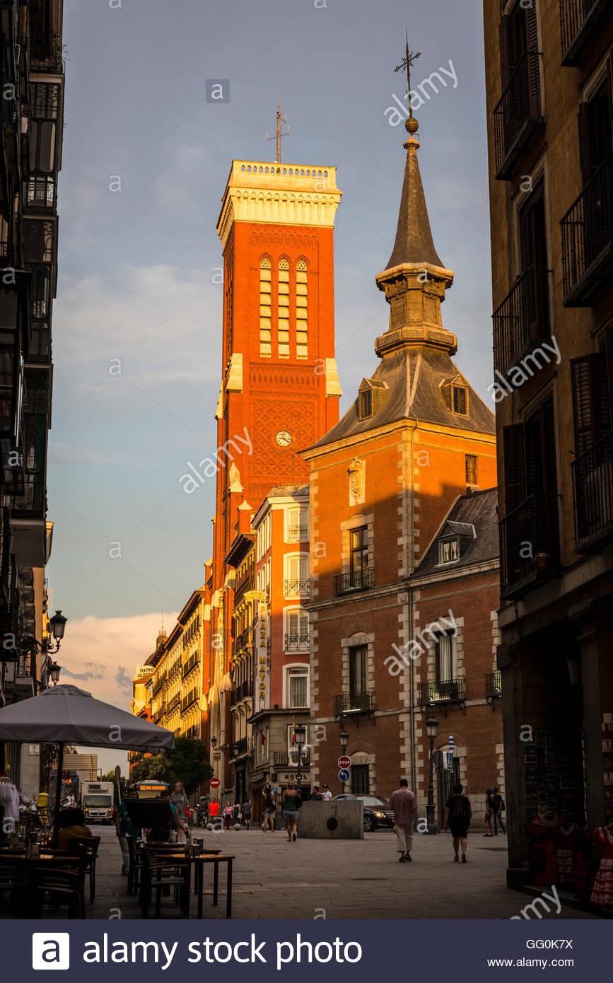 Plaza de la provincia con las torres del Palacio de Santa Cruz y la iglesia de Santa Cruz, Madrid, España Imagen De Stock
