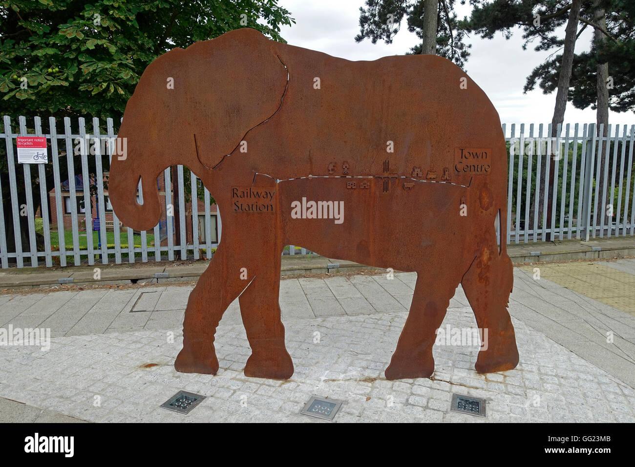 Una escultura de elefante de acero es un signo dirigiendo los peatones al centro de la ciudad desde la estación Imagen De Stock