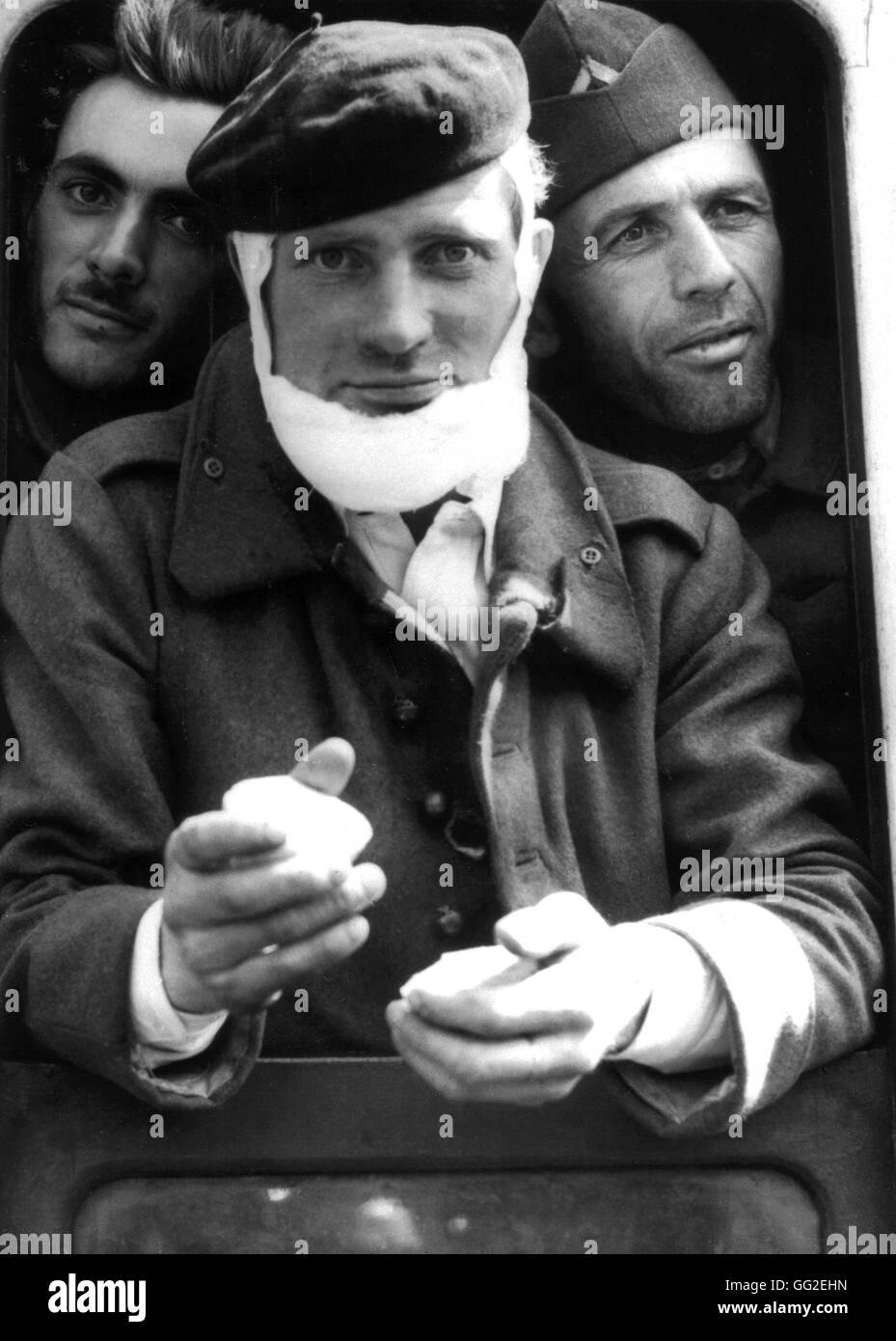 Un soldado francés y dos de sus camaradas, viniendo desde Dunkerque, recibir un bocadillo después de su Imagen De Stock