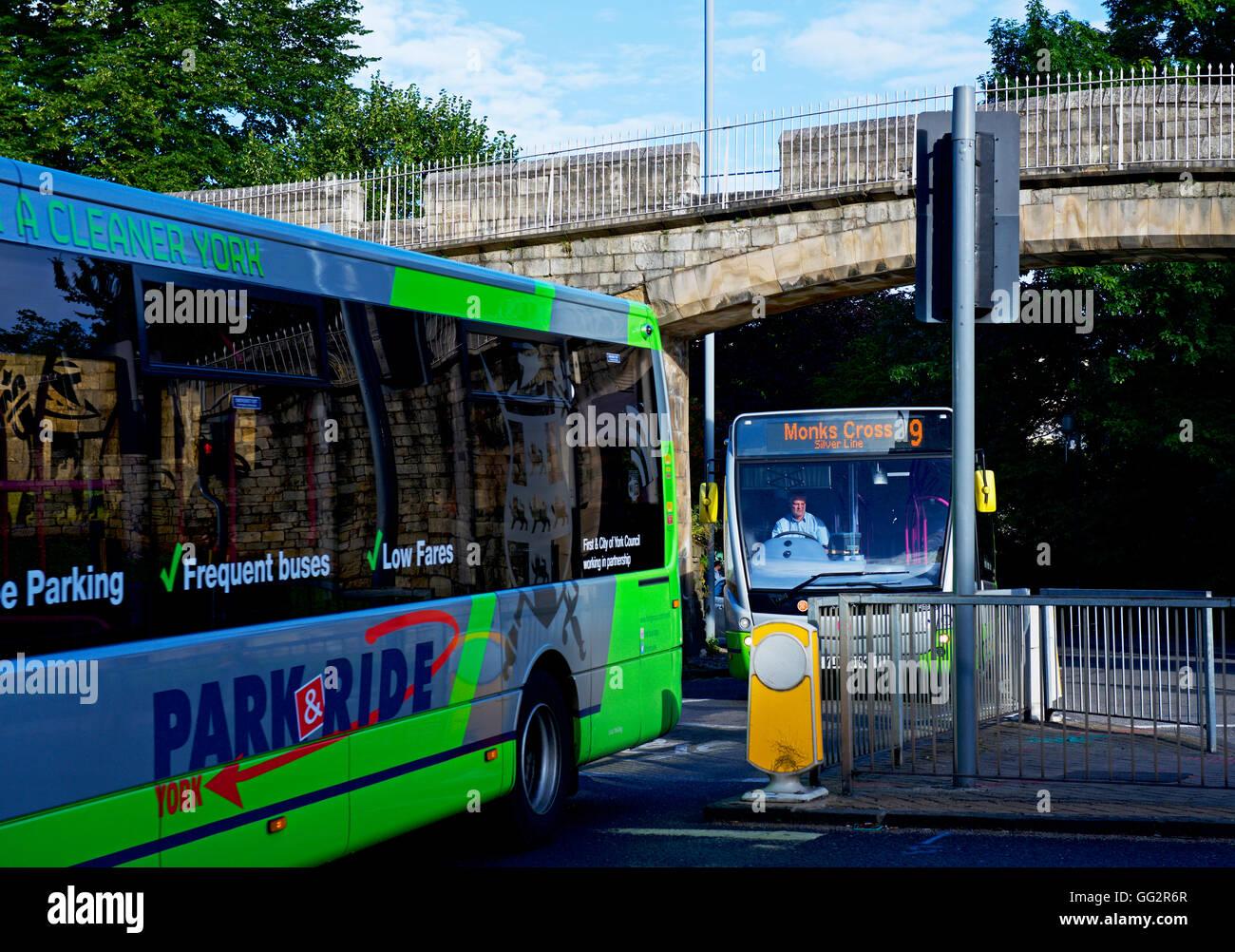 Los autobuses en York, North Yorkshire, Inglaterra Imagen De Stock