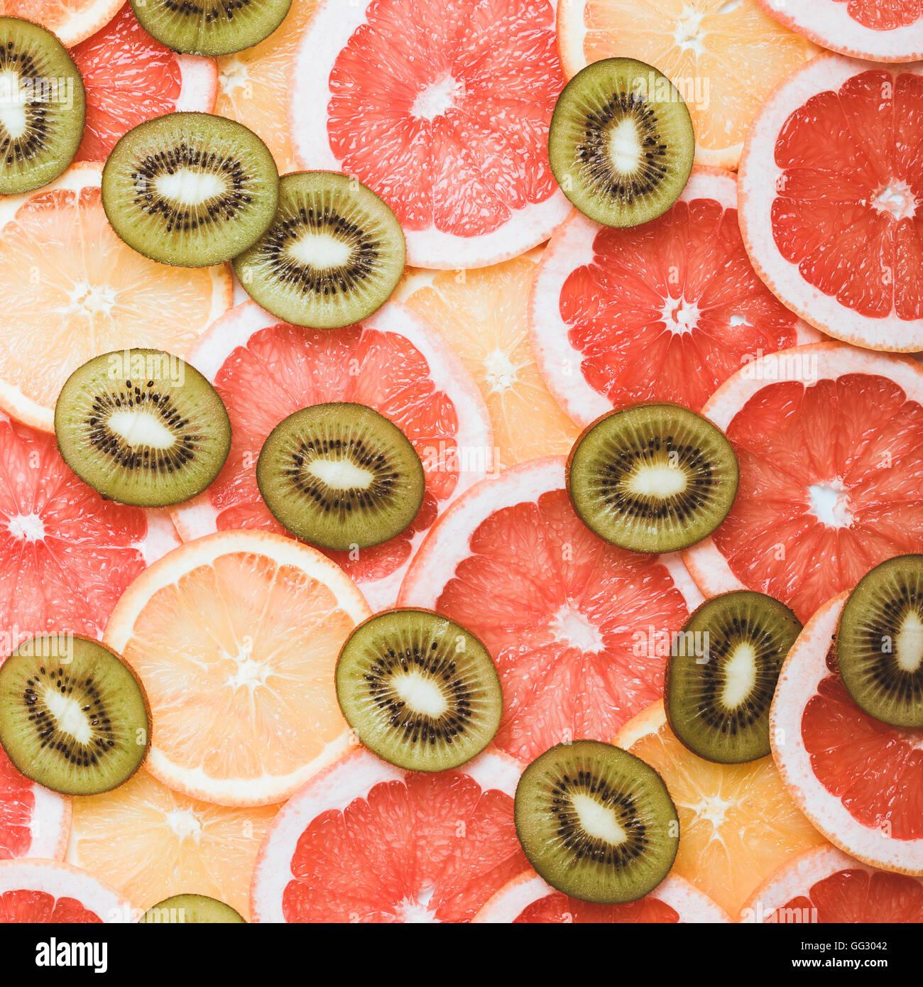 Los cítricos frescos antecedentes cortes vistos desde arriba. Pomelo, naranja, patrón de kiwi Imagen De Stock