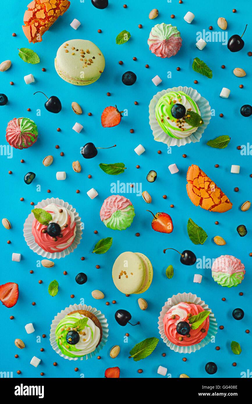 Patrones: Dulce cupcakes y macarons Imagen De Stock