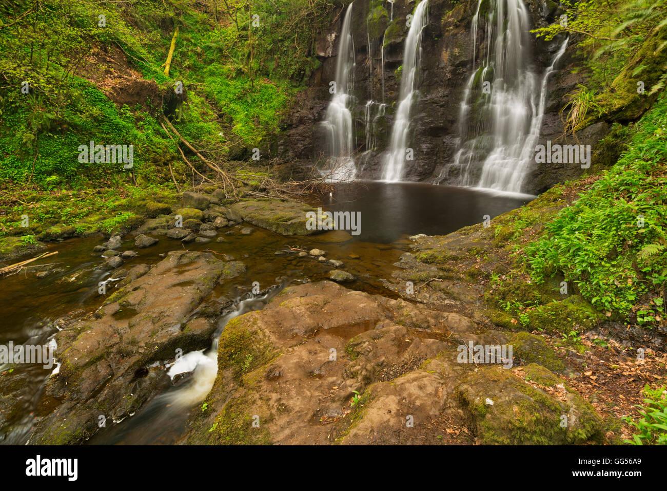 La Ess-Na-Crub cascada En Glenariff Forest Park en el norte de Irlanda. Foto de stock
