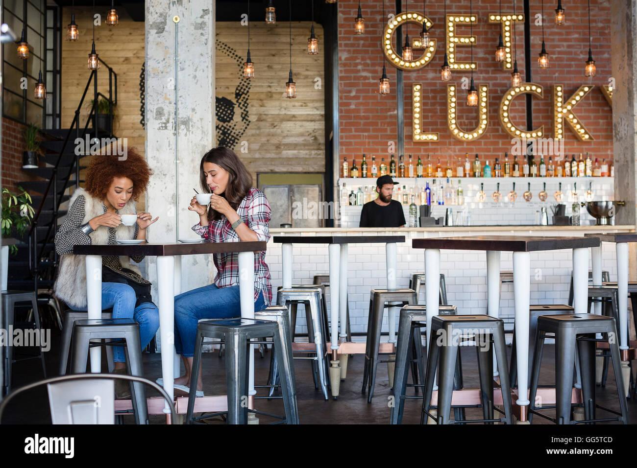 Amigas juntos tomando café en el café Imagen De Stock