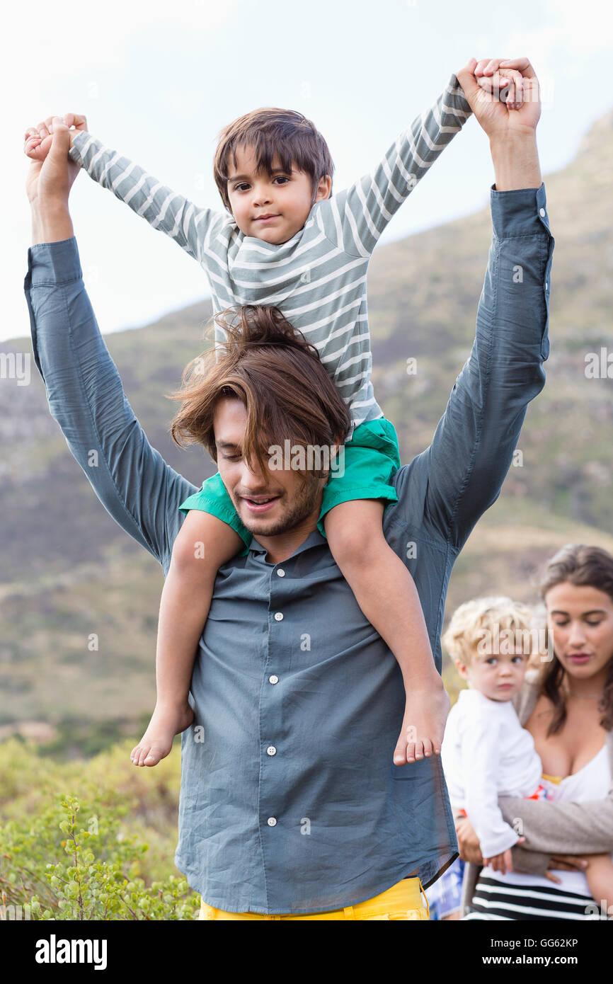 Familia caminando en pradera Imagen De Stock