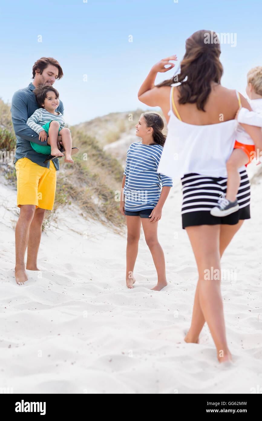 Familia disfrutando en la playa Imagen De Stock