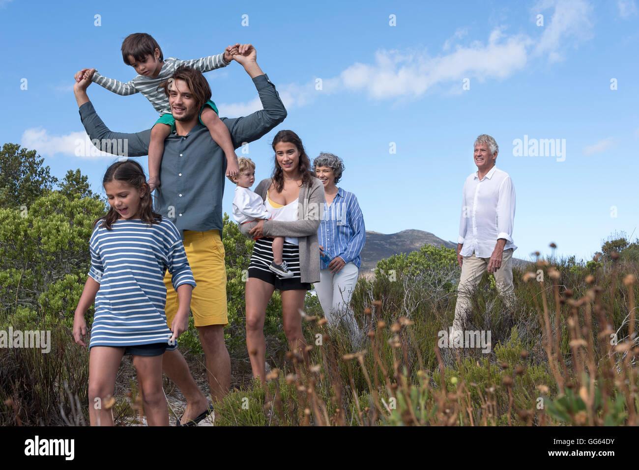 Feliz familia multigeneración caminando sobre el paisaje Imagen De Stock