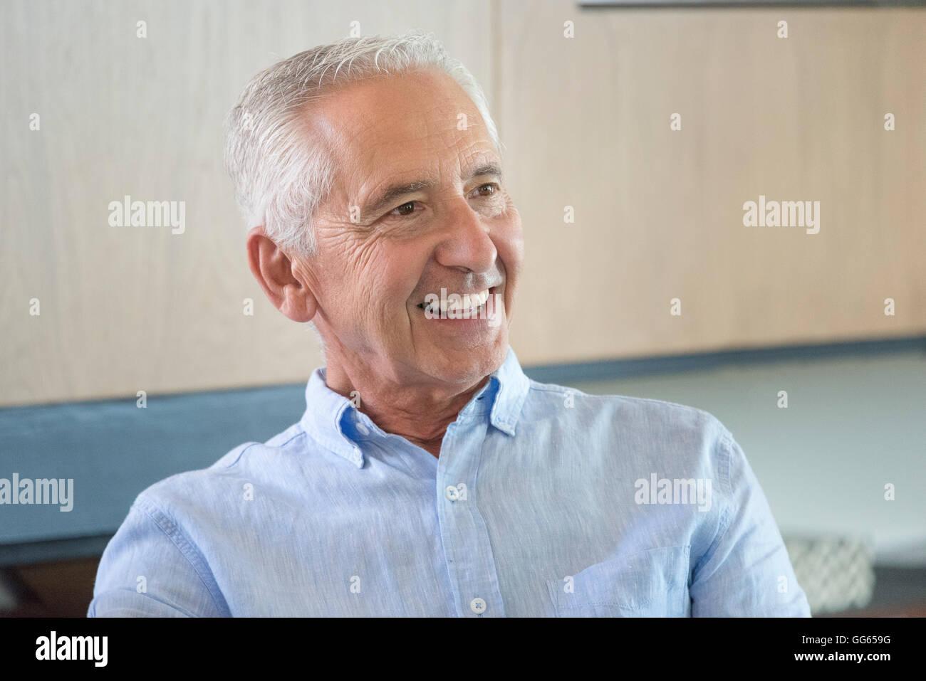 Feliz senior hombre sonriendo Imagen De Stock