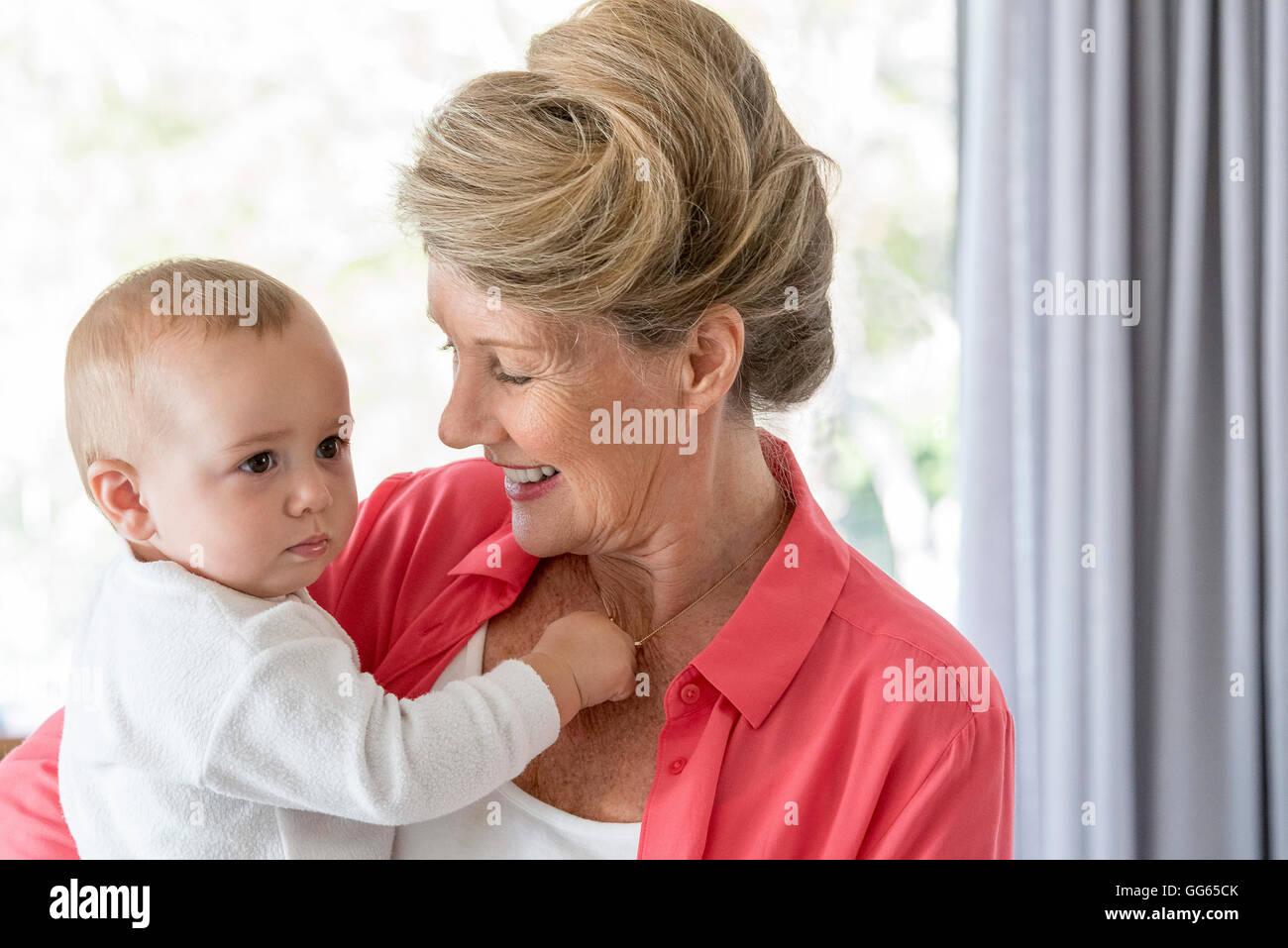 Abuela feliz con el bebé nieta Imagen De Stock