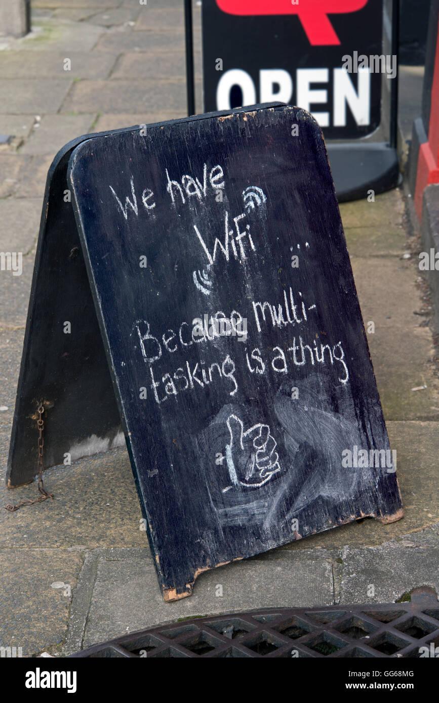Una ingeniosa chalk firmar fuera de un café en el Barony Street, Edinburgh promoción WiFi y multitarea. Imagen De Stock