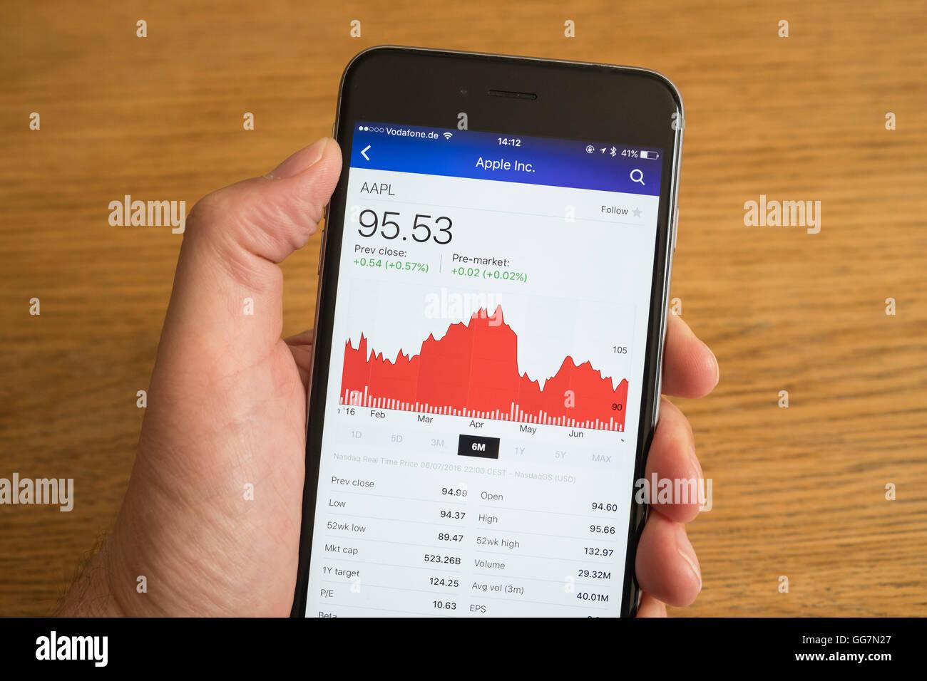 Detalle del comportamiento bursátil de la compañía Apple en un teléfono inteligente. Foto de stock