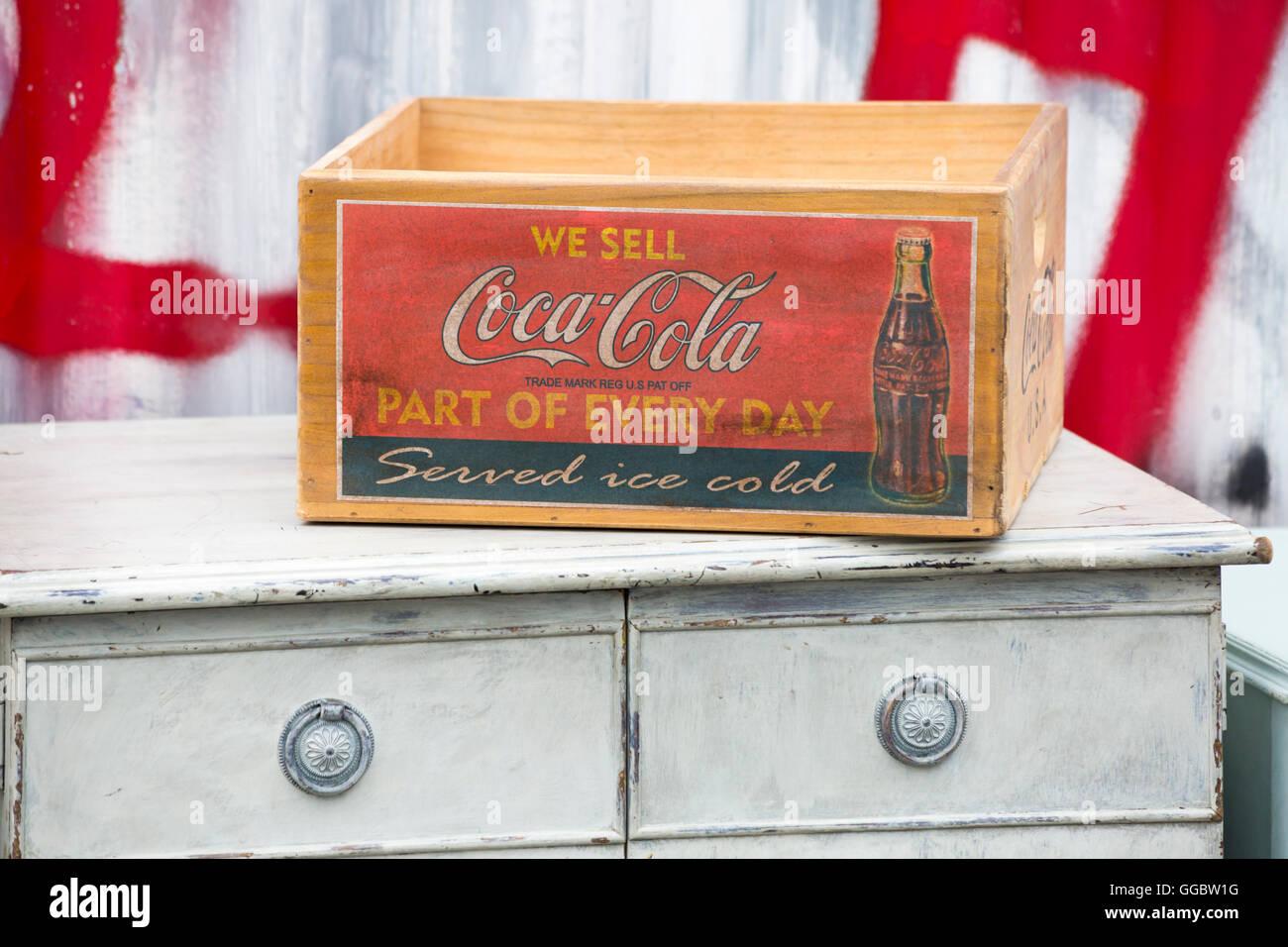 Vendemos Coca-Cola parte de cada día sirve de caja de frío de hielo en el pecho de cajones en Columbia Imagen De Stock