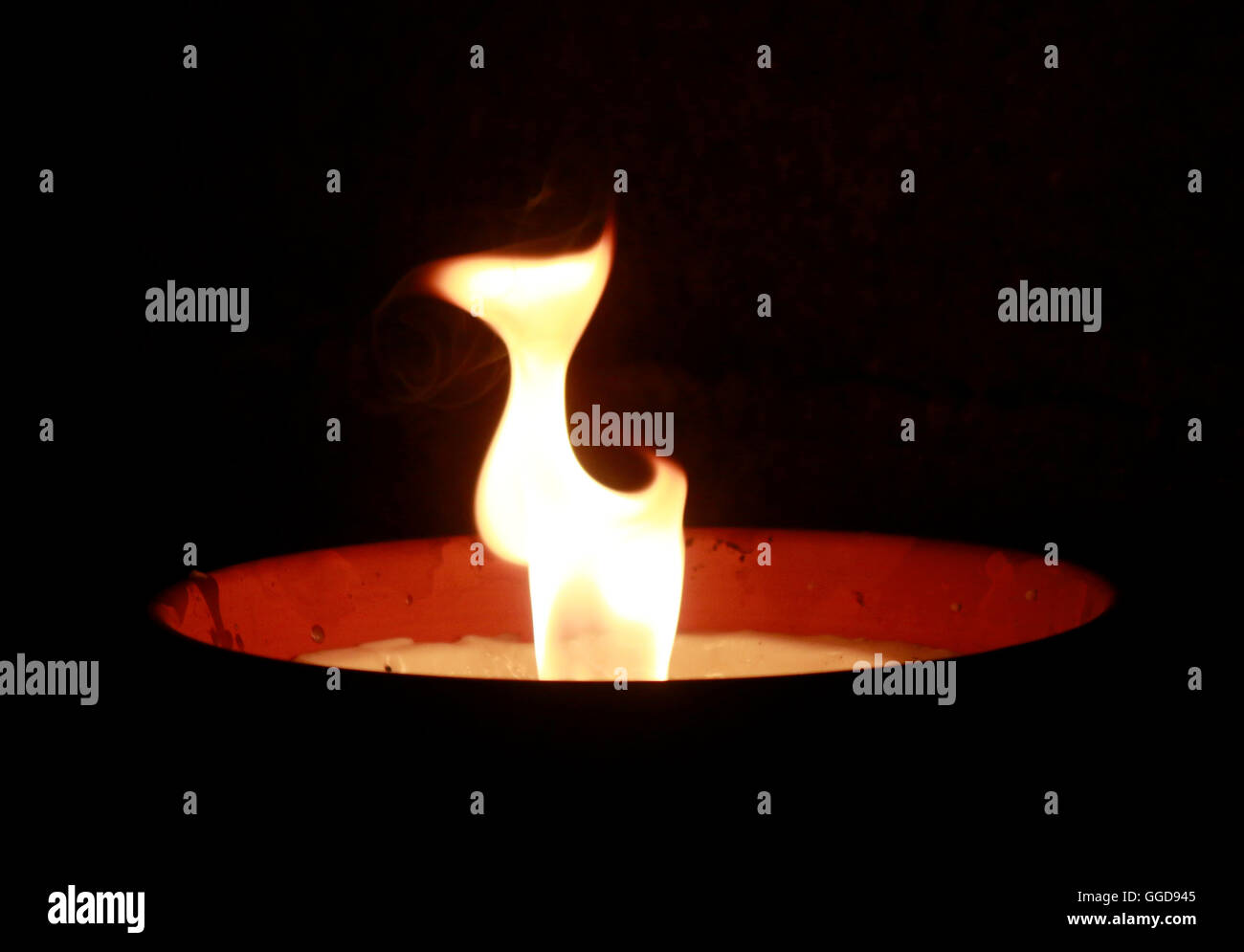 Feuer fuego oscuridad nocturna luz de velas atmósfera duelo simbólico feuerschale gedenken mounring símbolo Imagen De Stock