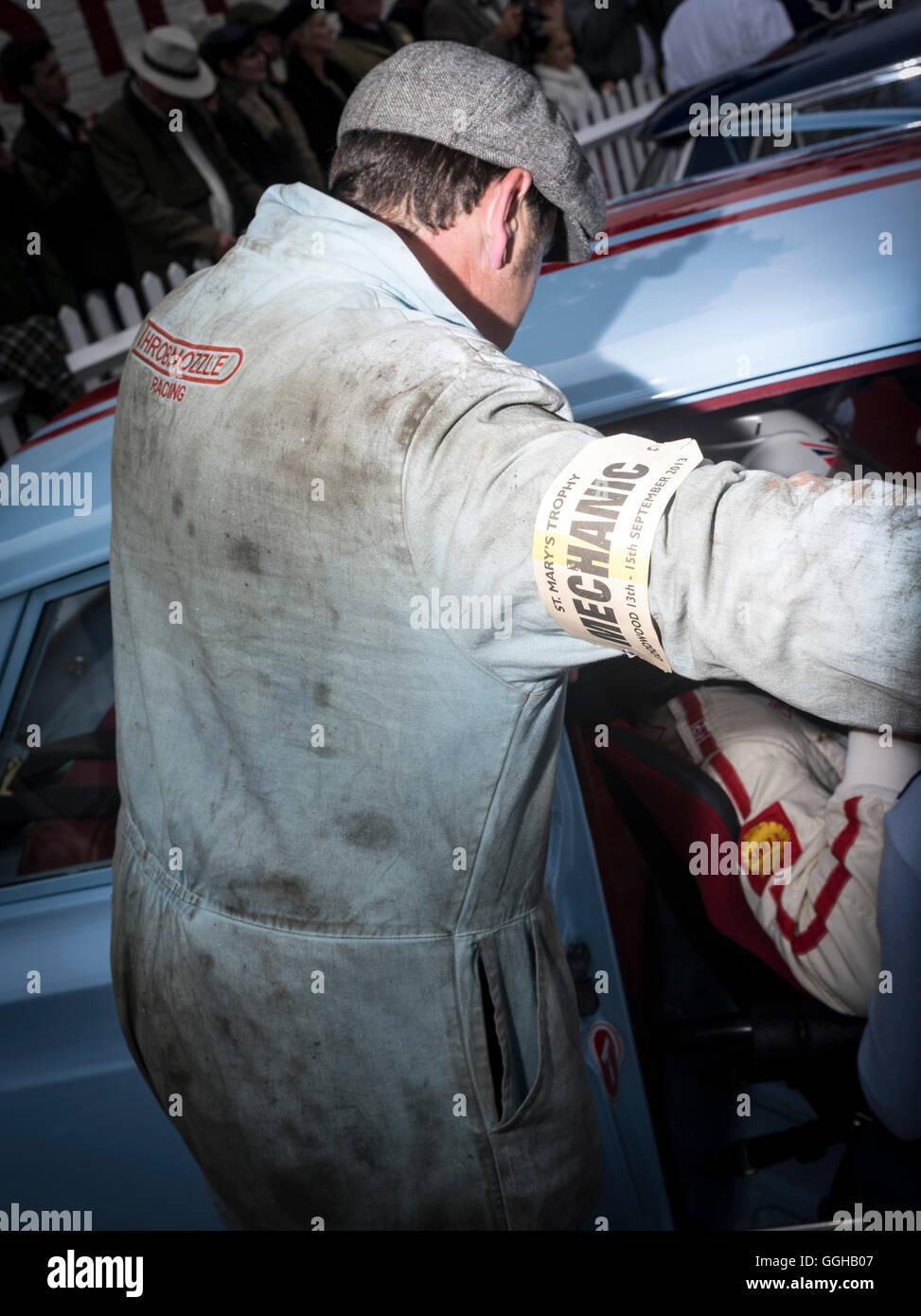 Mecánico, Goodwood Revival, carreras, coches de carreras, coches clásicos, Chichester, Sussex, Reino Unido, Gran Bretaña Foto de stock