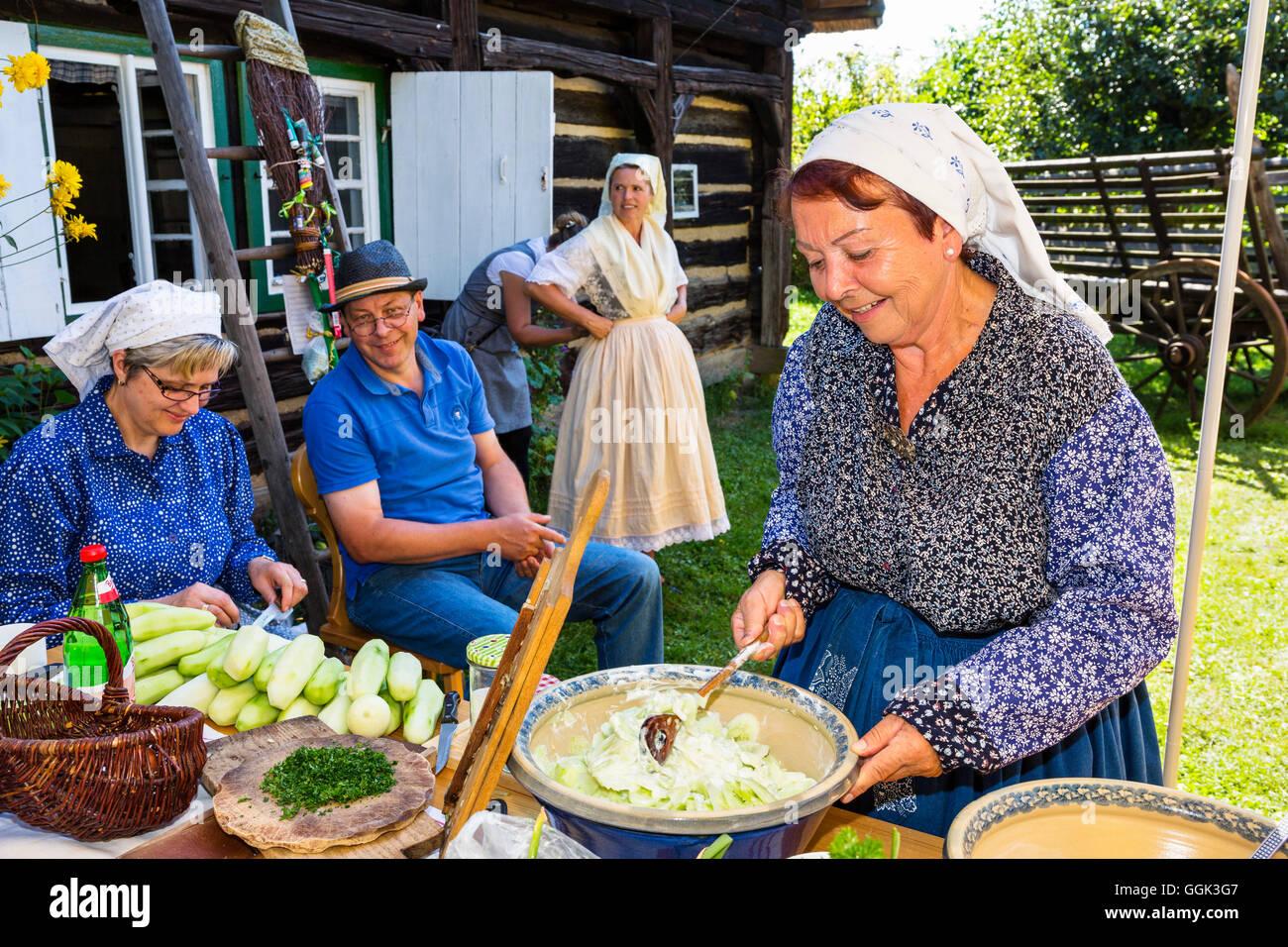 Los cocineros en trajes tradicionales en un museo al aire libre Lehde, Spreewald, reserva de la biosfera de la UNESCO, Imagen De Stock
