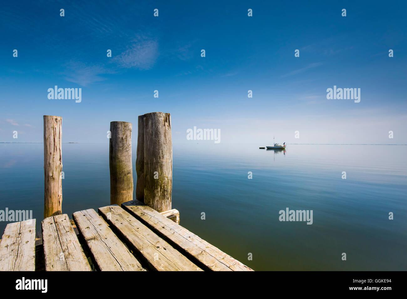 Barco en aguas tranquilas, Hallig Langeness, Islas de Frisia septentrional, Schleswig-Holstein, Alemania Foto de stock