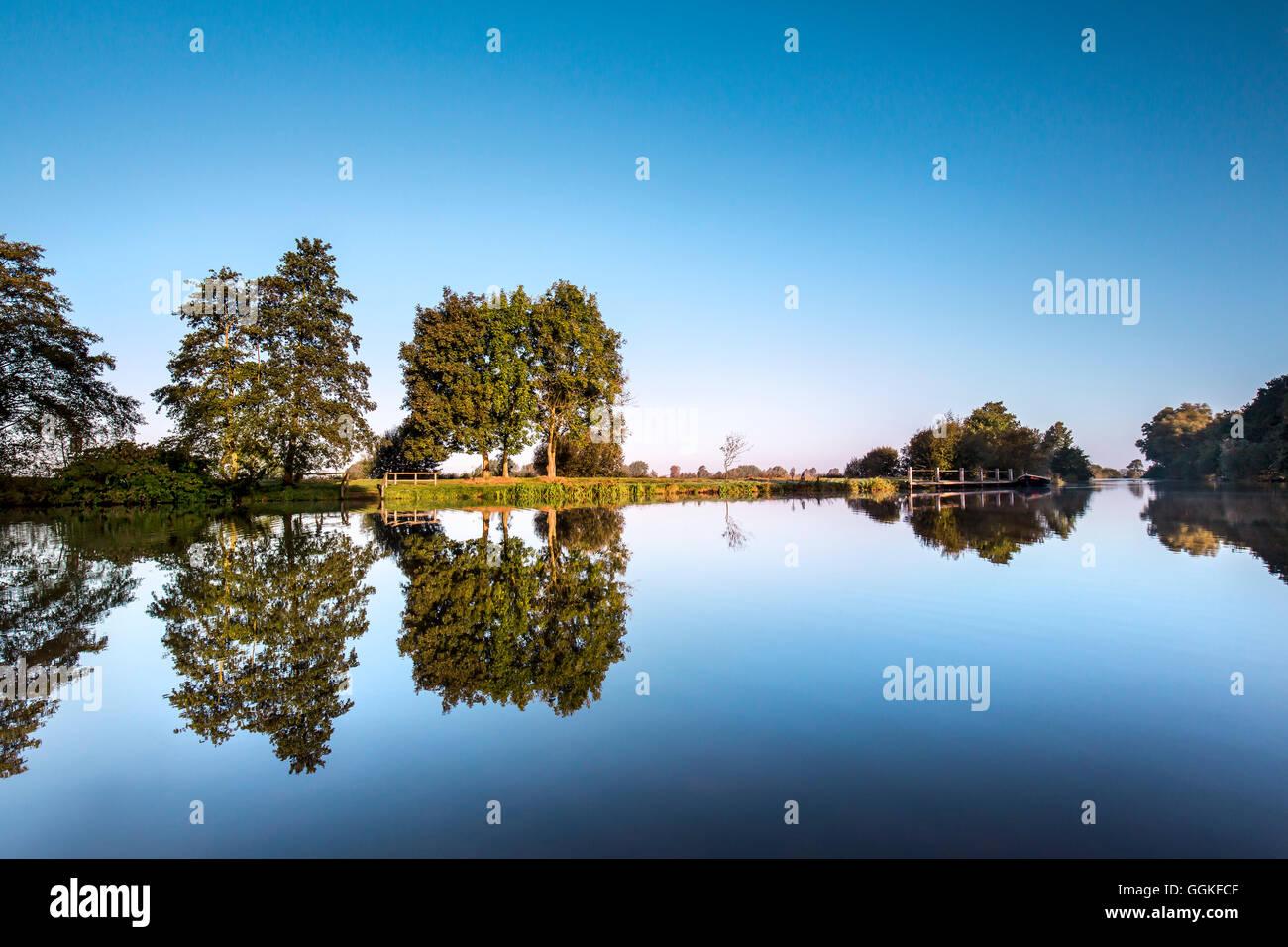 Reflejos de agua en el río Hamme, Worpswede, Teufelsmoor, Baja Sajonia, Alemania Imagen De Stock