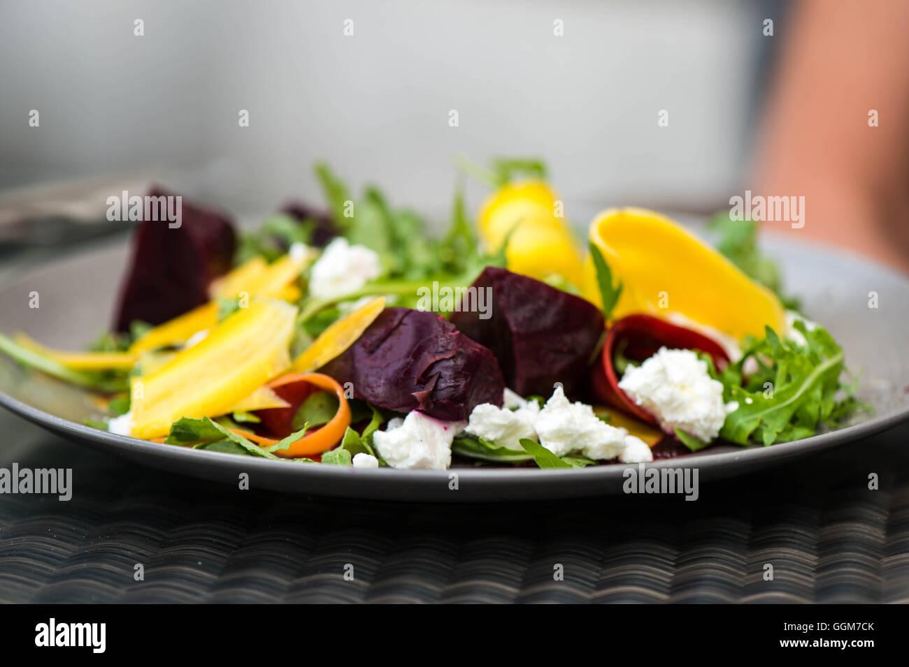Vegetariana comida Ensalada mixta con queso de cabra Imagen De Stock