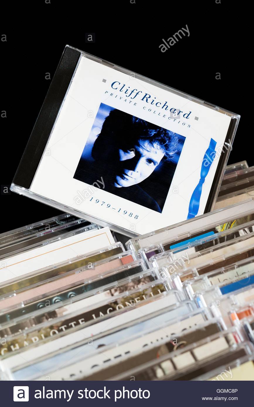 Colección privada, 1979-1988 Cliff Richard CD Album sacó de entre las filas de otros CD'S Foto de stock