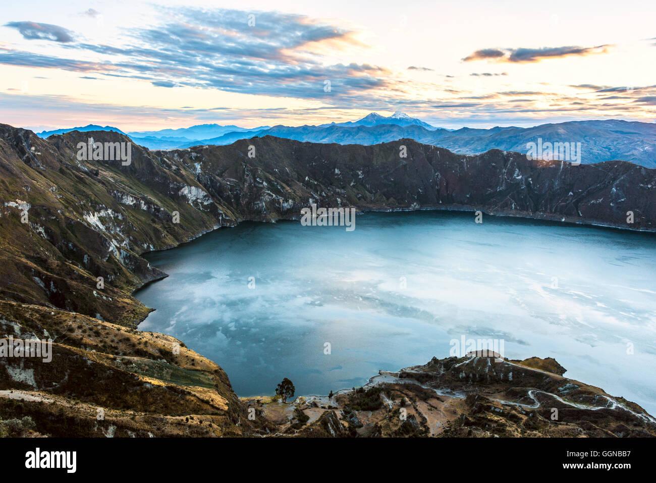 Ilinizas volcanes bajo la laguna de Quilotoa, Andes. Ecuador. Imagen De Stock