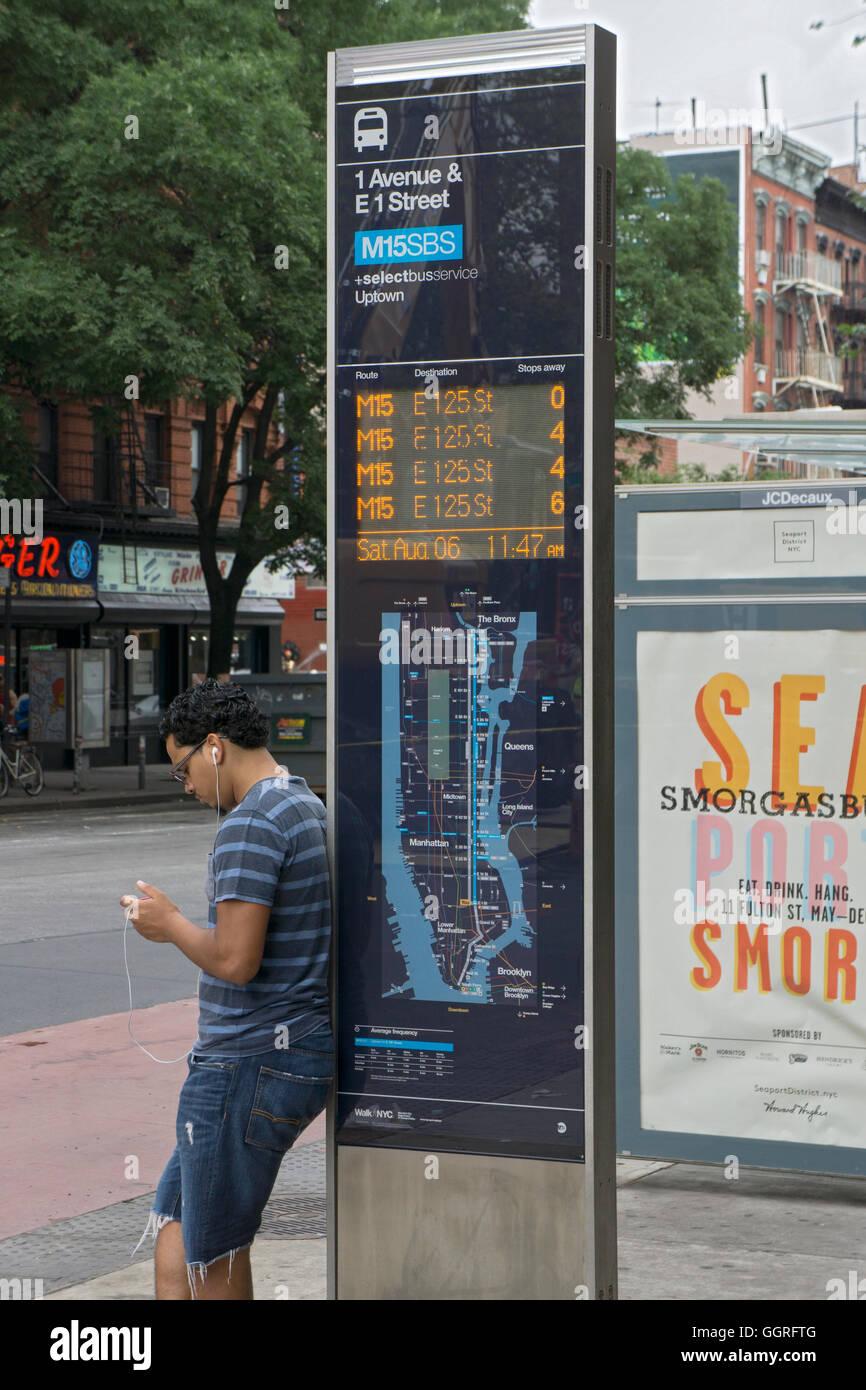Un nuevo signo de alta tecnología en el Bajo Manhattan diciéndole a los viajeros cuando el siguiente buses Imagen De Stock