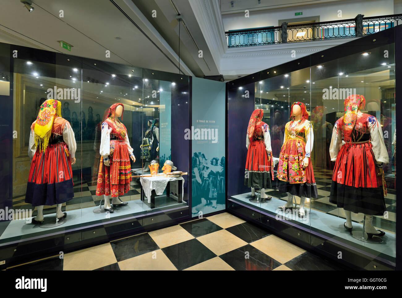 Portugal, Minho: Varios trajes tradicionales en una vitrina de vidrio del Museu do Traje en Viana do Castelo Imagen De Stock