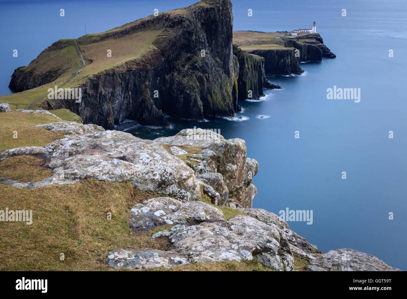 Neist Point Faro por la Isla de Skye, Escocia, Reino Unido Foto de stock