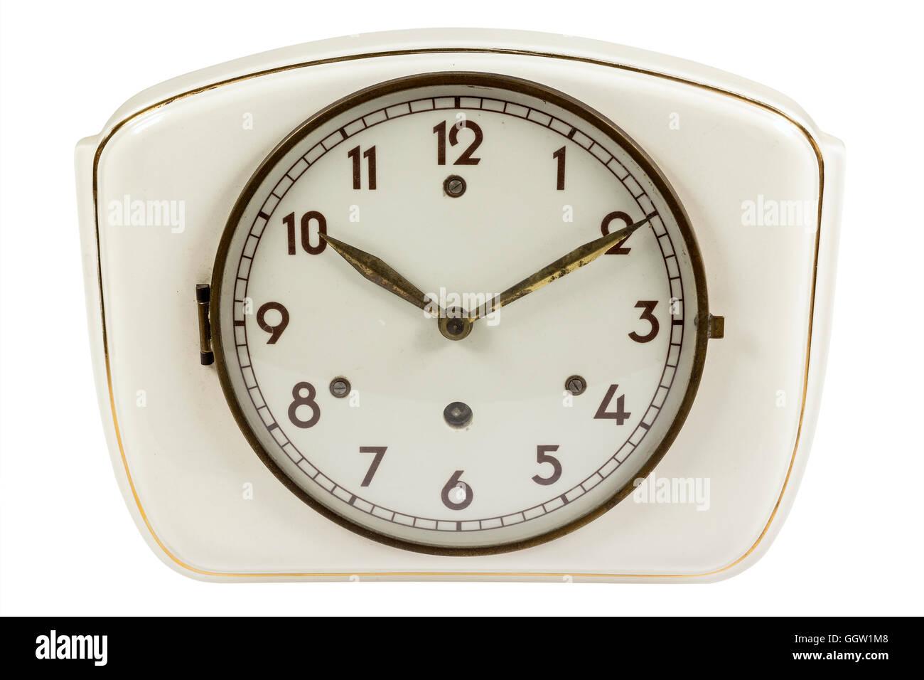 Antiguo reloj de cocina de cerámica con punteros de metal aislado en ...