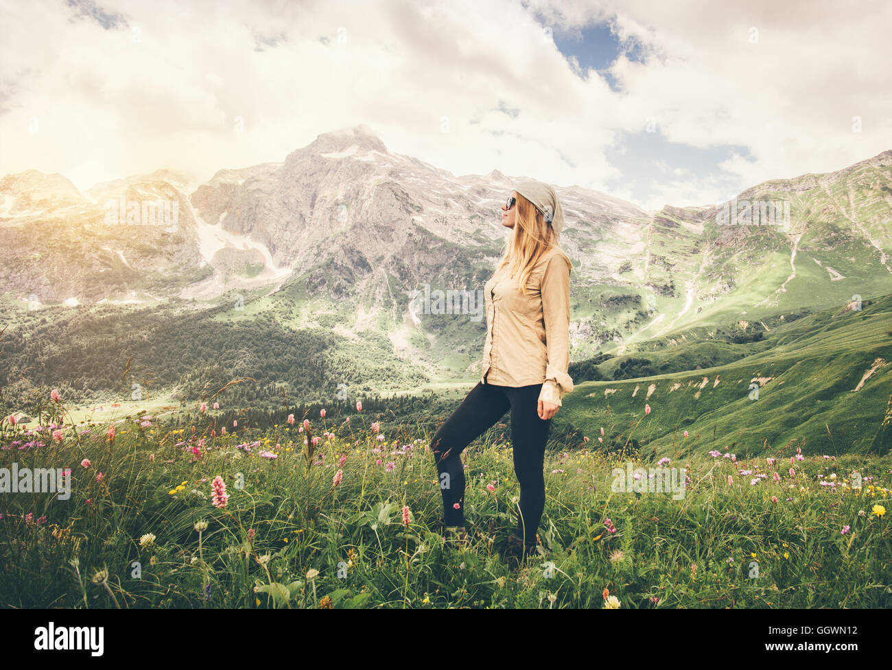 Mujer joven caminar concepto Lifestyle Viajes Vacaciones de verano al aire libre en las montañas rocosas de Imagen De Stock