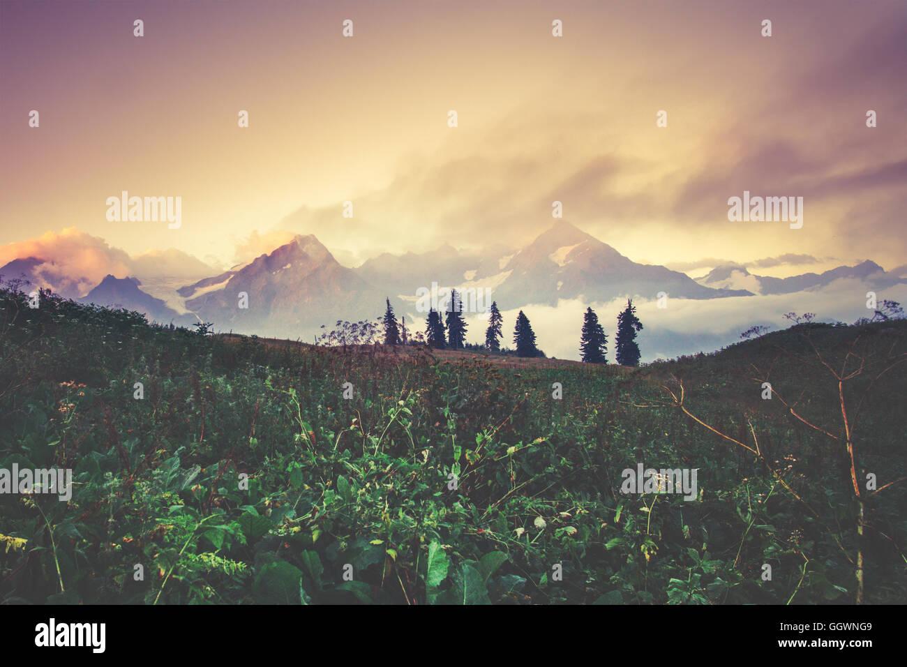 Hermoso paisaje de las montañas al atardecer vista escénica de viajes de verano Imagen De Stock