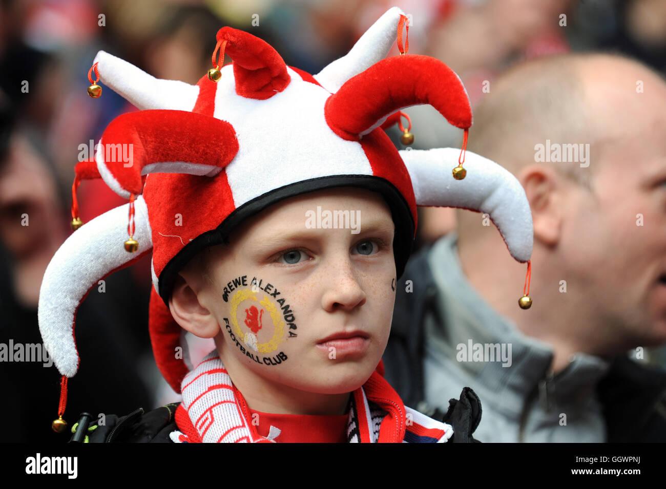 Los jóvenes Crewe Alexandra fútbol partidario fan Imagen De Stock