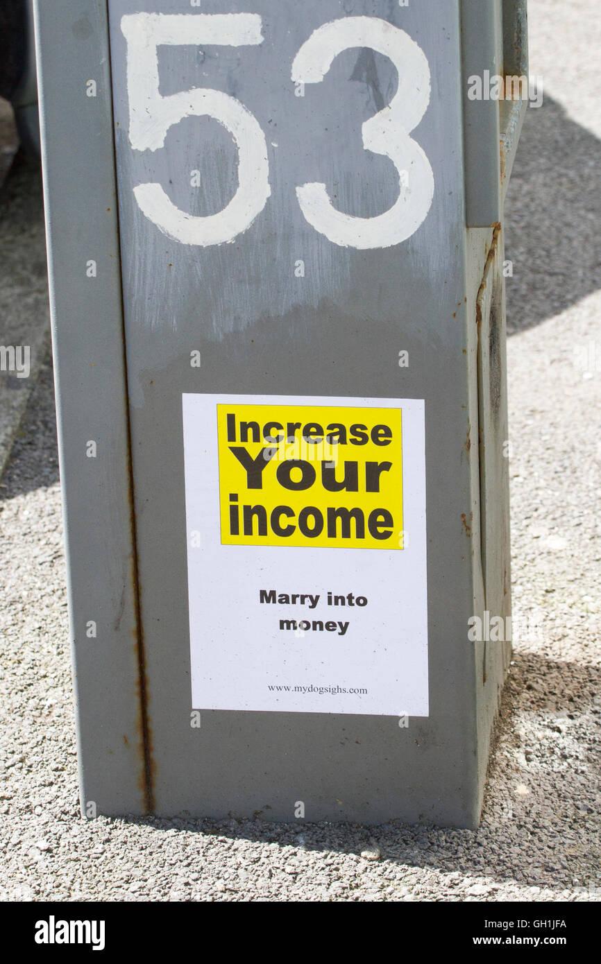 """Calle signo humorístico, """"Aumentar sus ingresos, casarse en dinero"""", Blackpool, Lancashire, Reino Imagen De Stock"""