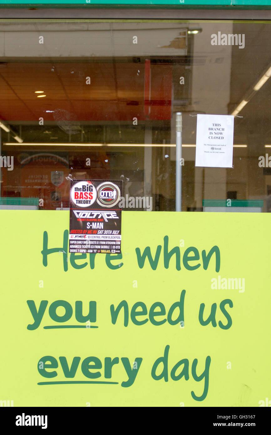 """""""Aquí cuando nos necesite cada día' escaparate firmar con un signo """"Cerrada"""" supra, Imagen De Stock"""