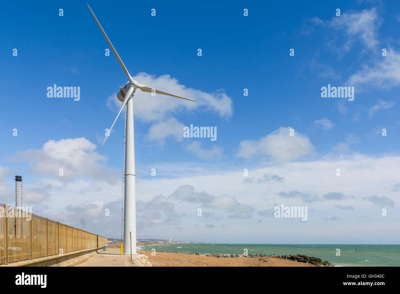 Turbina de viento para generar electricidad en Shoreham, West Sussex, Inglaterra, Reino Unido. Imagen De Stock