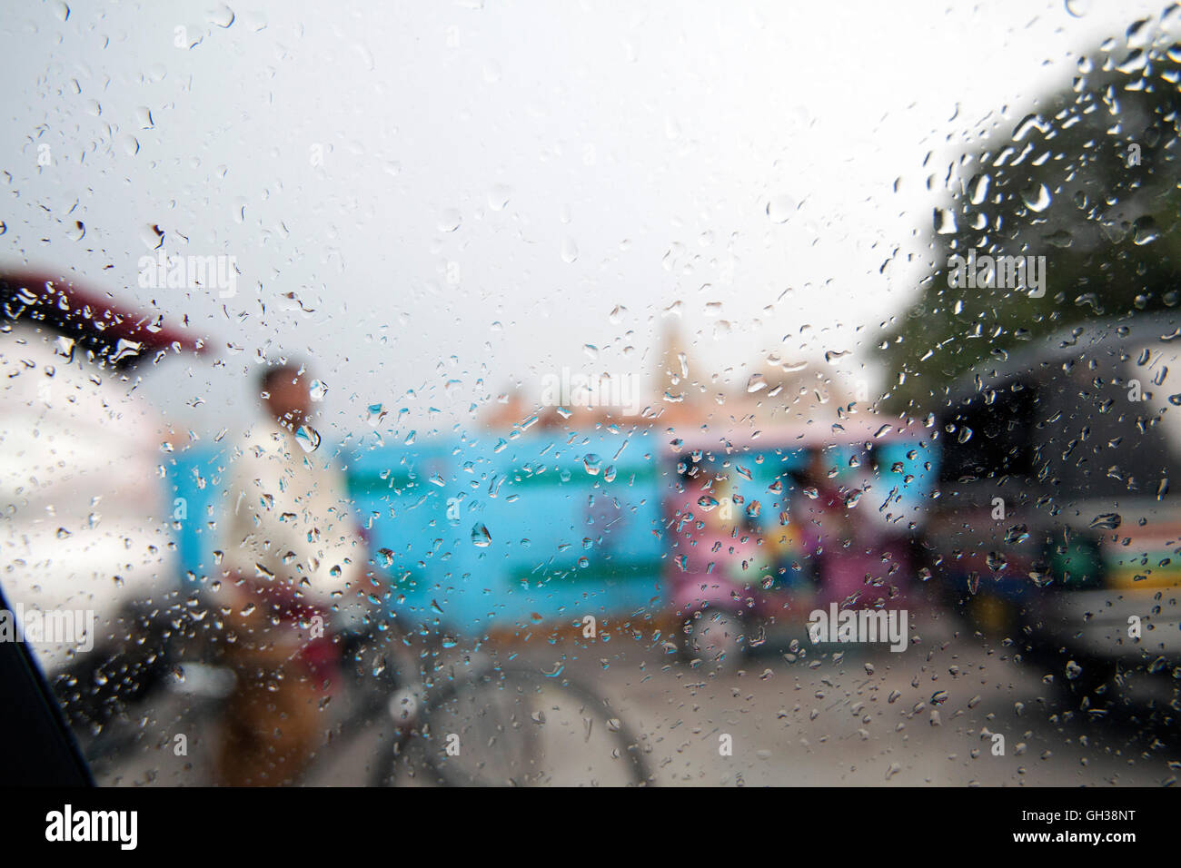 Calle, Avenida las gotas de lluvia, ventanilla, Monzón Imagen De Stock