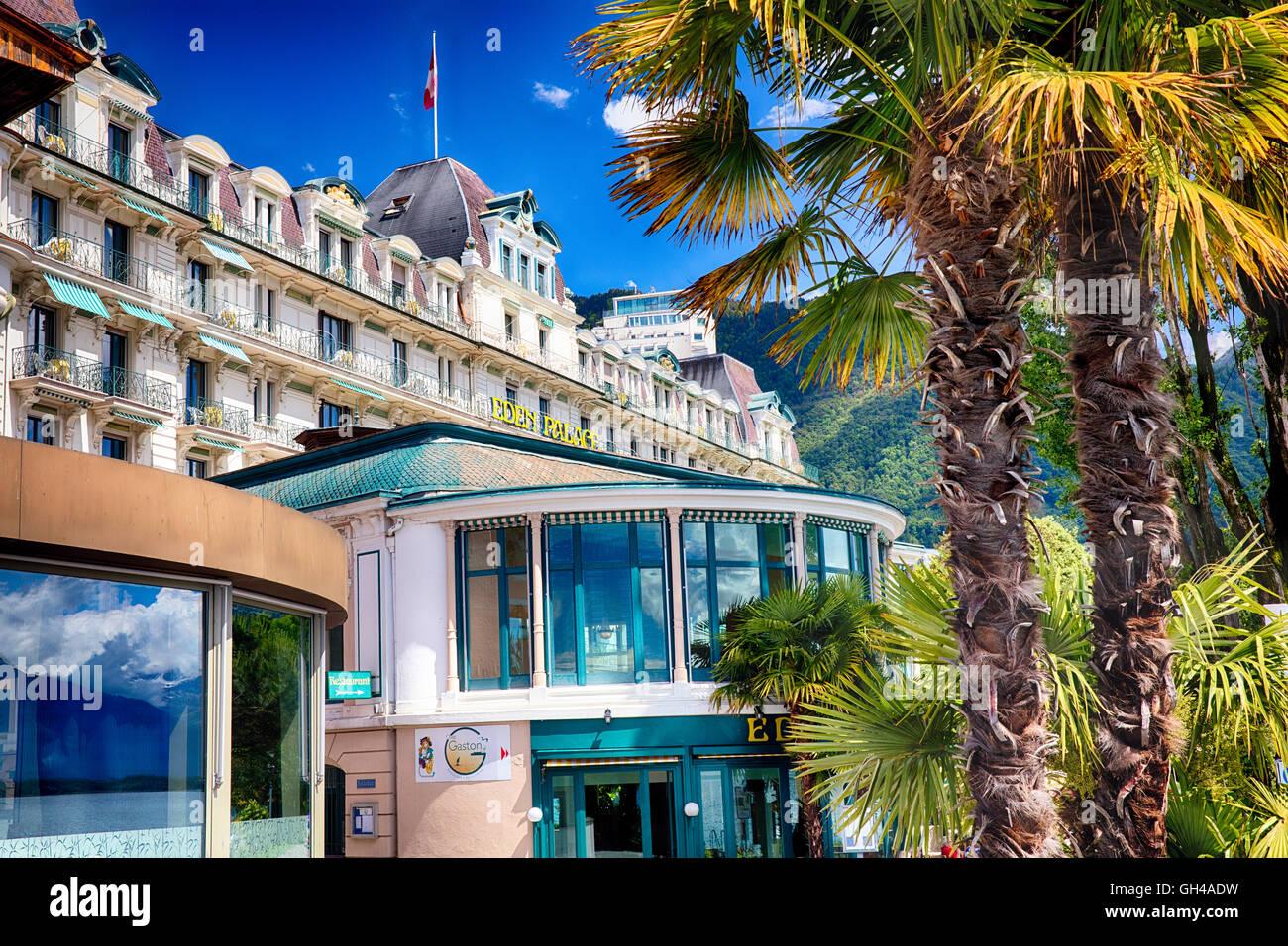 Ángulo de visión baja de un hotel clásico con palmeras, Eden Palace, Montreux, cantón de Vaud, Imagen De Stock