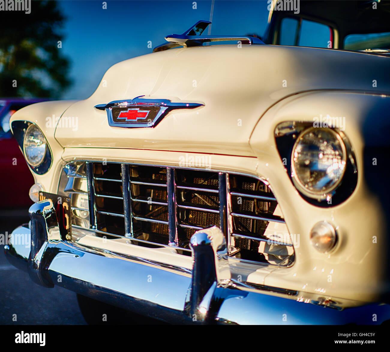 Ángulo bajo 1955 Vista frontal de una camioneta pick up Chevrolet Classic Foto de stock