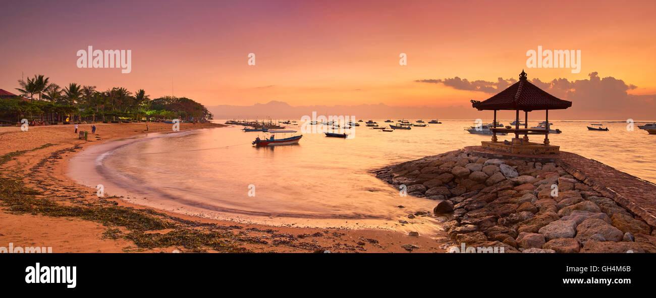 Al amanecer, la playa de Sanur, Bali, Indonesia Imagen De Stock