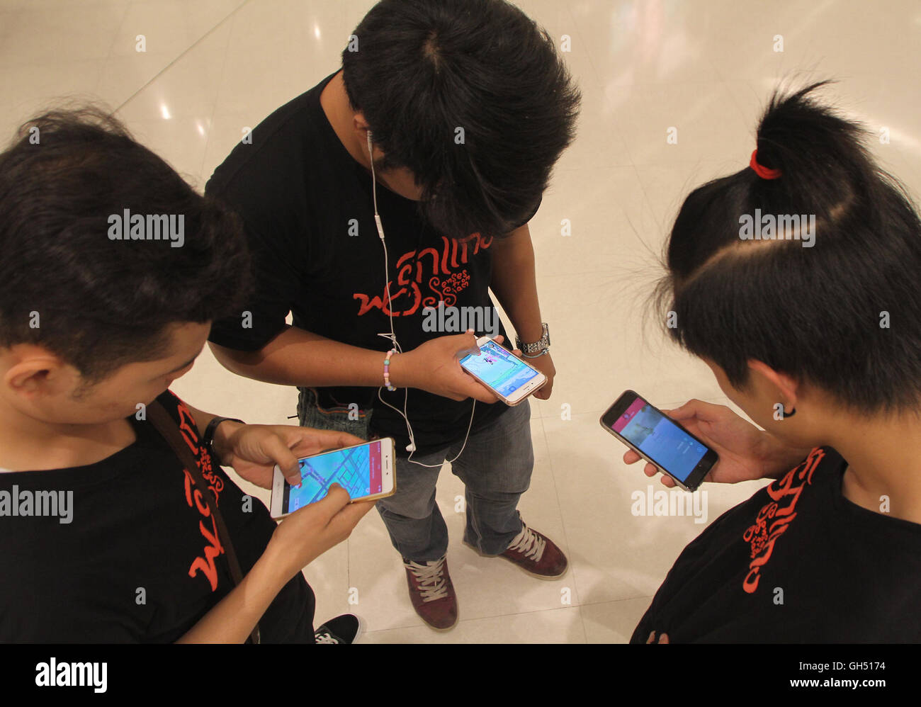 Los Adolescentes Tailandeses Jugar Pokemon Ir Al Centro Comercial