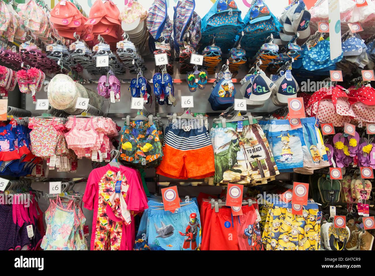 Una pantalla de coloridos trajes para niños en un supermercado Morrison. Imagen De Stock