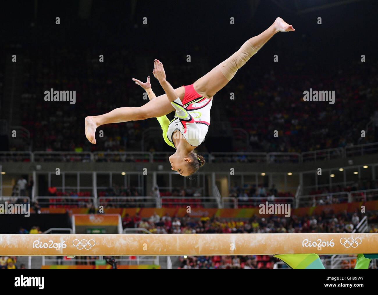 Río de Janeiro, Brasil. El 9 de agosto, 2016. Alt Tabea de Alemania realiza sobre la viga en el equipo femenino Imagen De Stock