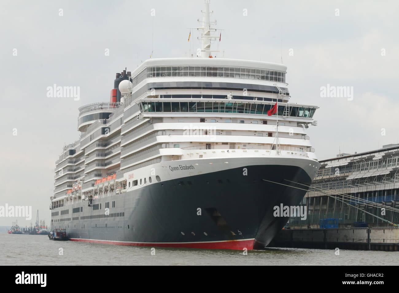 Cunard Cruise Ship Queen Elizabeth junto en Hamburgo, Alemania. Imagen De Stock