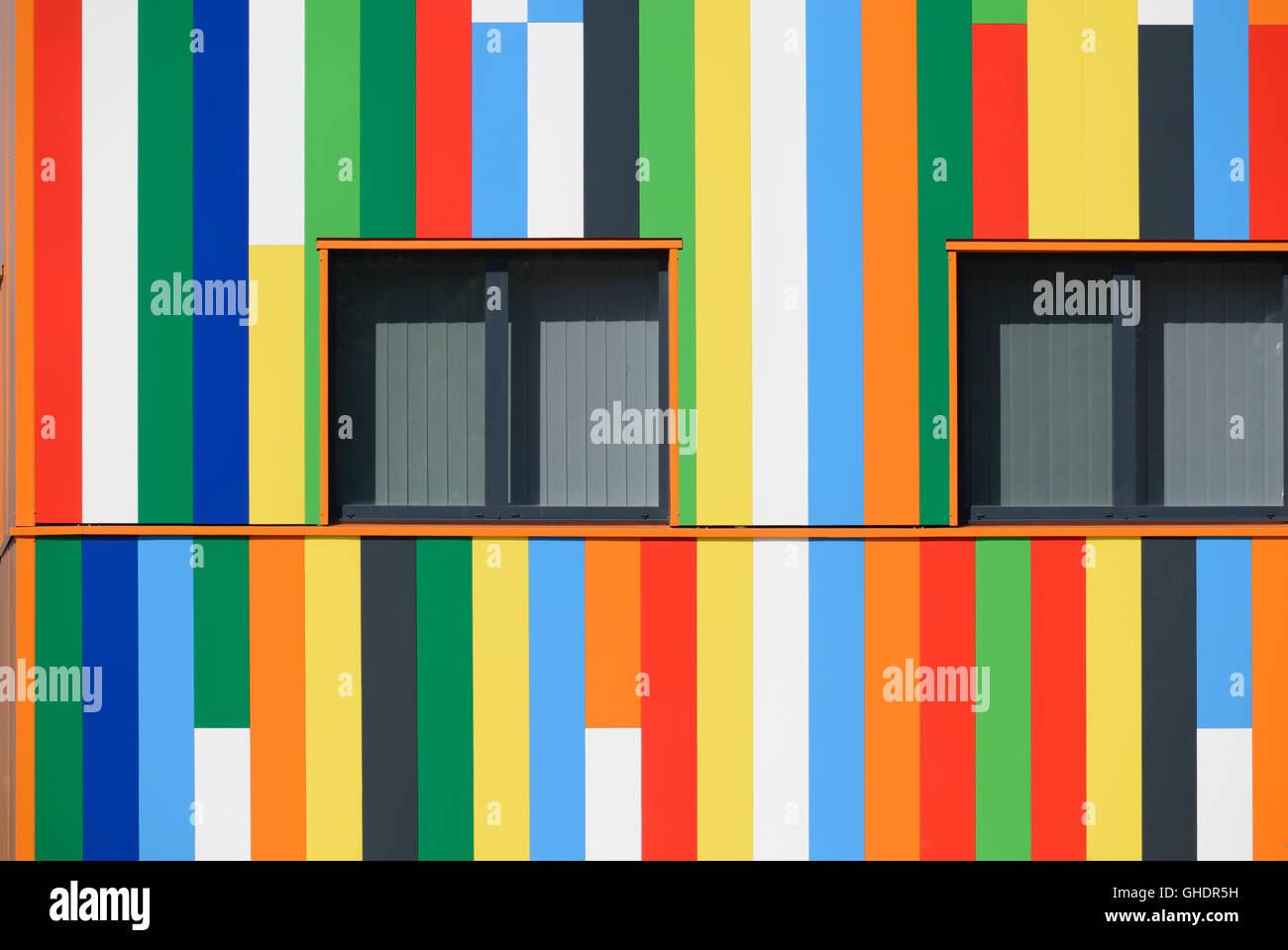 Abstracto multicolor fachada pintada y patrón de la ventana o ventanas de las oficinas del gobierno regional Imagen De Stock