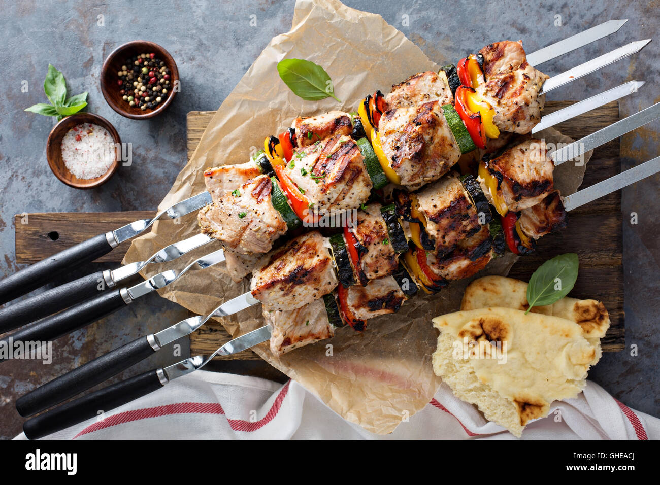 La carne de cerdo y verduras de kebabs. Imagen De Stock