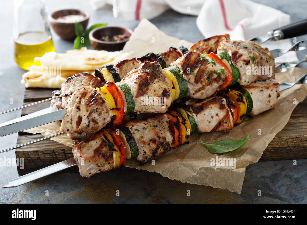 La carne de cerdo y verduras de kebabs. Foto de stock