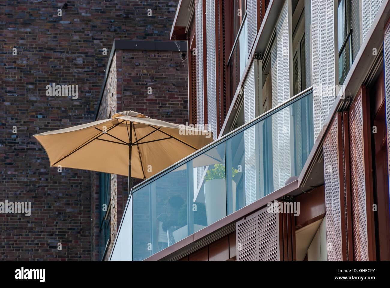 Parasol O Sombrilla En La Playa En Un Apartamento Moderno Con Patio  Cubierto De Vidrio Para Un Sano Estilo De Vida Al Aire Libre Vista Desde  Abajo.