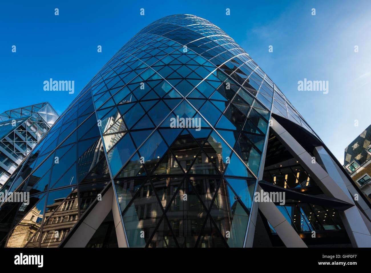 El pepinillo edificio de oficinas, de la ciudad de Londres, Reino Unido Foto de stock