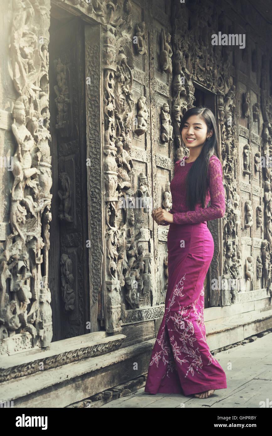 Retrato de mujer birmana en la vestimenta tradicional. Imagen De Stock